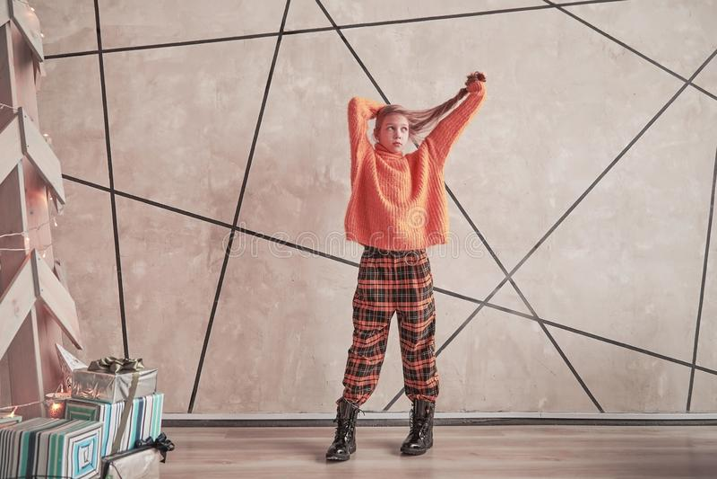 Śliczna nastoletnia dziewczyny pozycja w jej pokoju zdjęcia stock