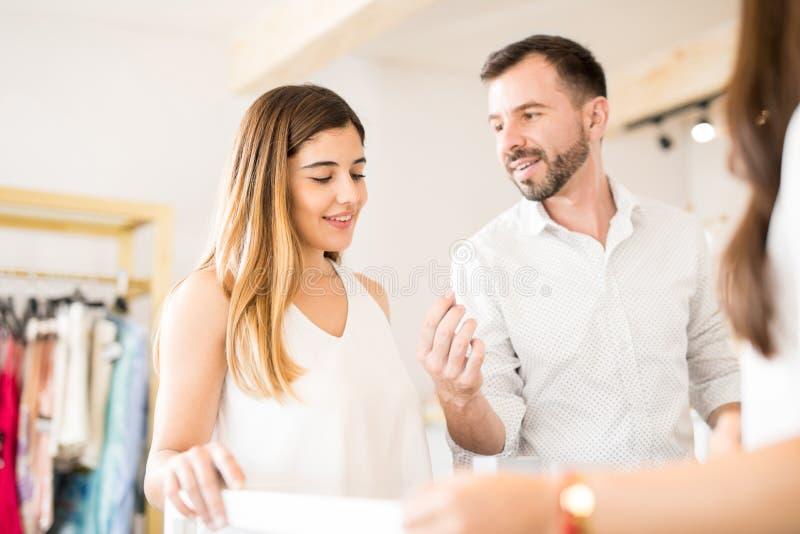 Śliczna para kupuje diamentowego pierścionek obrazy stock