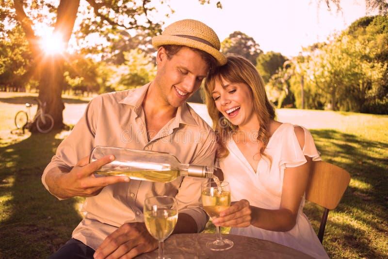 Śliczna para pije białego wino wpólnie outside ilustracji