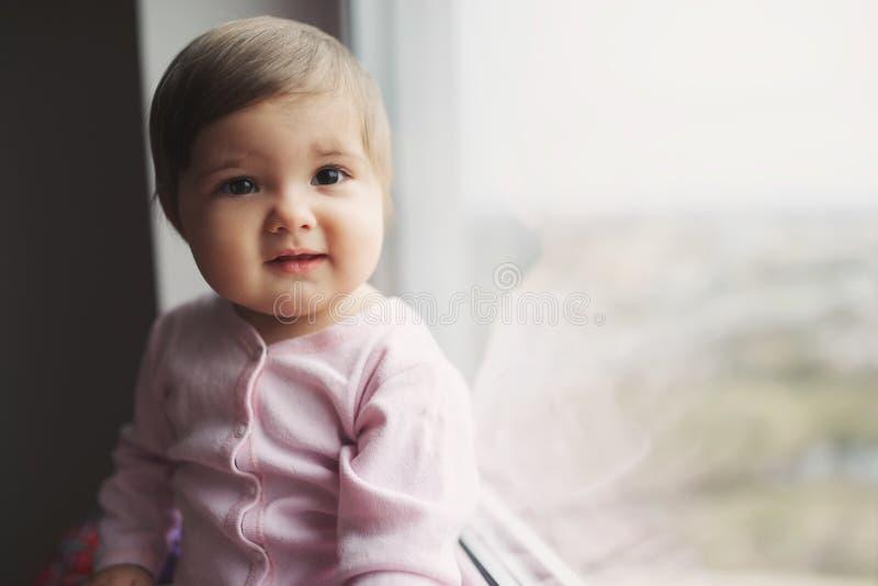 Śliczna piękna dziewczyna blisko okno w domu obraz royalty free