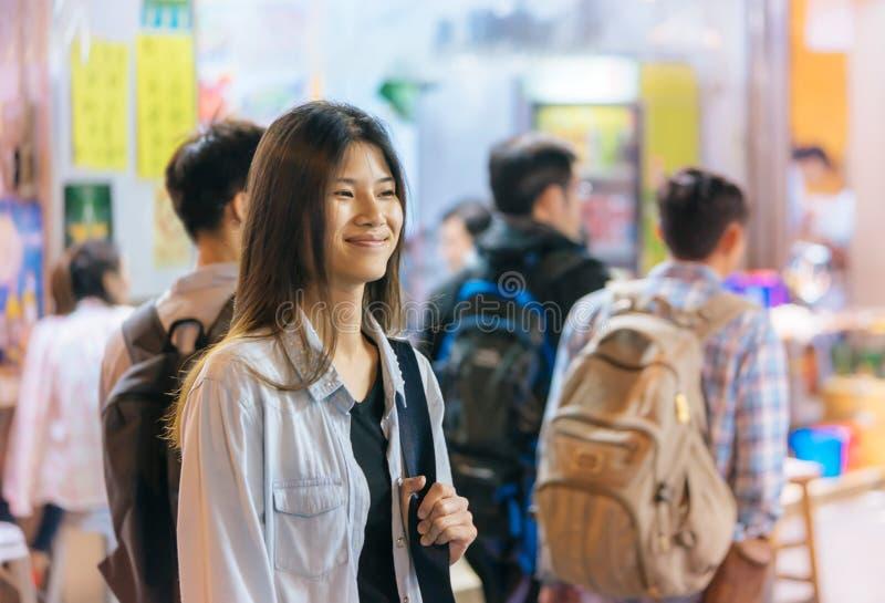 Śliczna podróżnik dziewczyna w nocy ulicie Hong Kong obraz royalty free