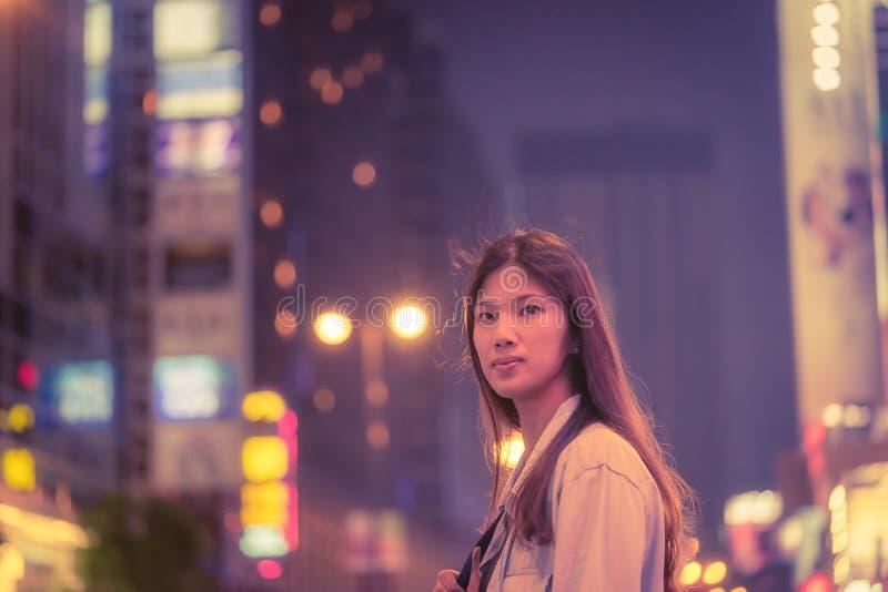Śliczna podróżnik dziewczyna w nocy ulicie Hong Kong obrazy stock