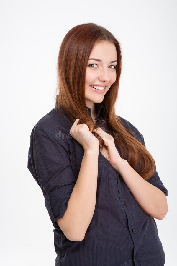 Śliczna powabna młoda kobieta z długie włosy pozycją i ono uśmiecha się fotografia royalty free