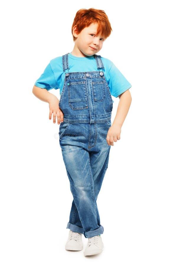 Śliczna redheaded chłopiec w całkowitej i błękitnej koszulce obrazy stock