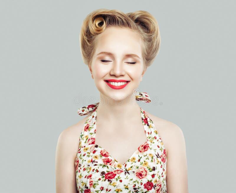 Śliczna retro rocznik szpilki dziewczyna z zamknięty oczu ono uśmiecha się obrazy stock