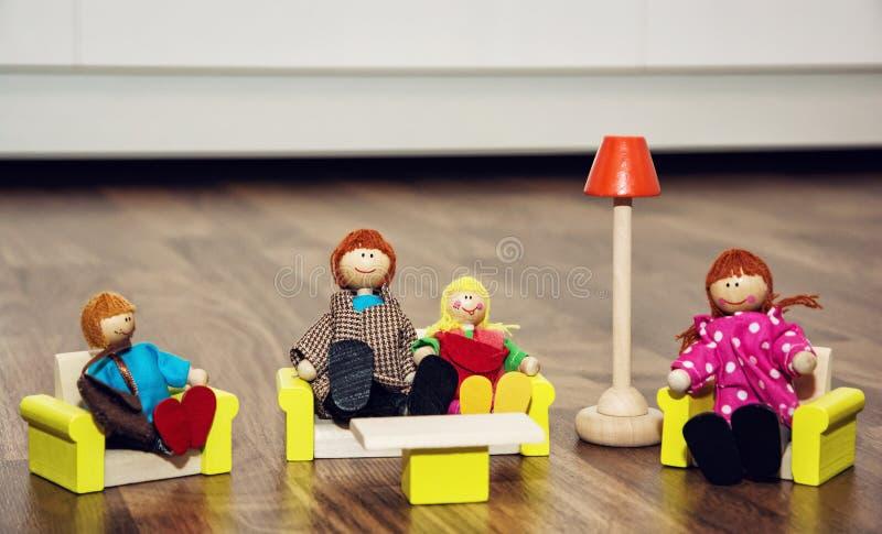 Śliczna rodzina drewniane postacie, retro zabawki zdjęcia royalty free