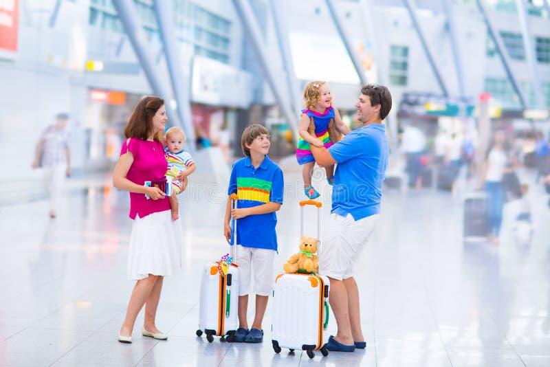 Śliczna rodzina przy lotniskiem obraz stock