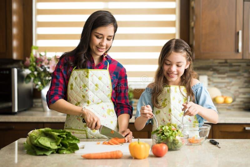 Śliczna rodzina robi sałatki w domu zdjęcie stock