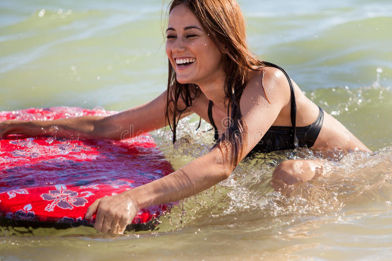 Śliczna surfingowiec dziewczyna ma zabawę obraz stock