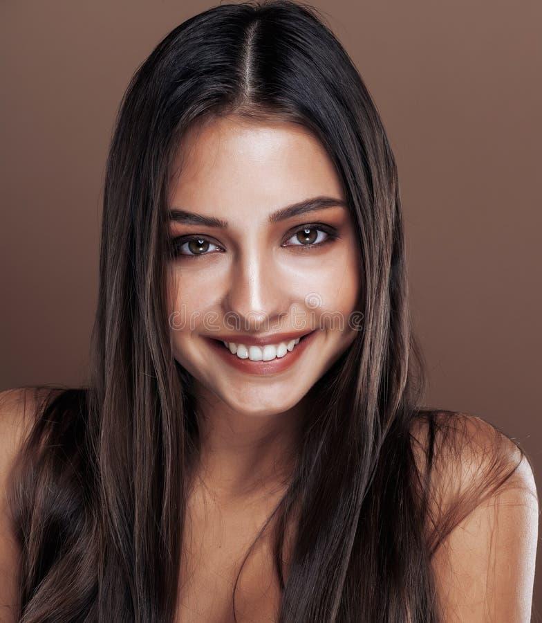 Śliczna szczęśliwa młoda indyjska kobieta w studia zakończeniu w górę ono uśmiecha się, mody oliwkowy emocjonalny pozować, stylu  zdjęcia royalty free