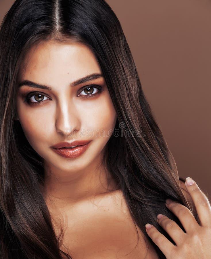 Śliczna szczęśliwa młoda indyjska kobieta w studia zakończeniu w górę szczęśliwy ono uśmiecha się, moda oliwkowy uroczy uśmiech,  obrazy stock