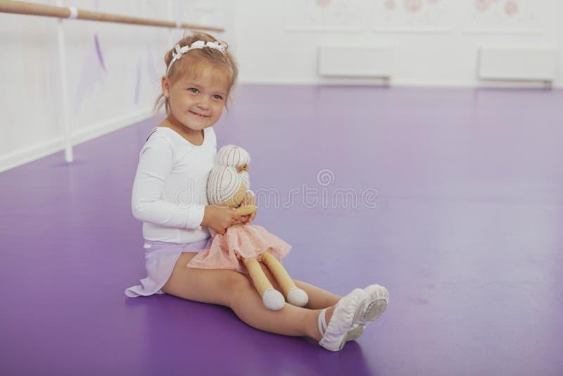 Śliczna szczęśliwa mała balerina ćwiczy przy dancingową szkołą zdjęcia stock