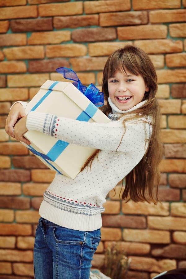 Śliczna szczęśliwa nastoletnia dziewczyna trzyma prezenta pudełko obraz stock