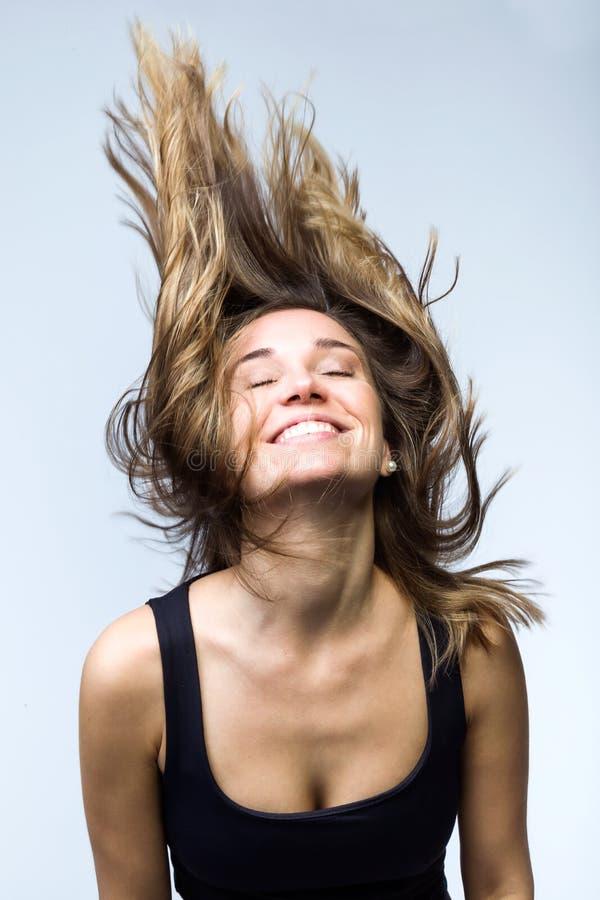 Śliczna uśmiechnięta kobieta z pięknym długim latającym włosy nad białym tłem Zdrowy włosiany pojęcie fotografia stock