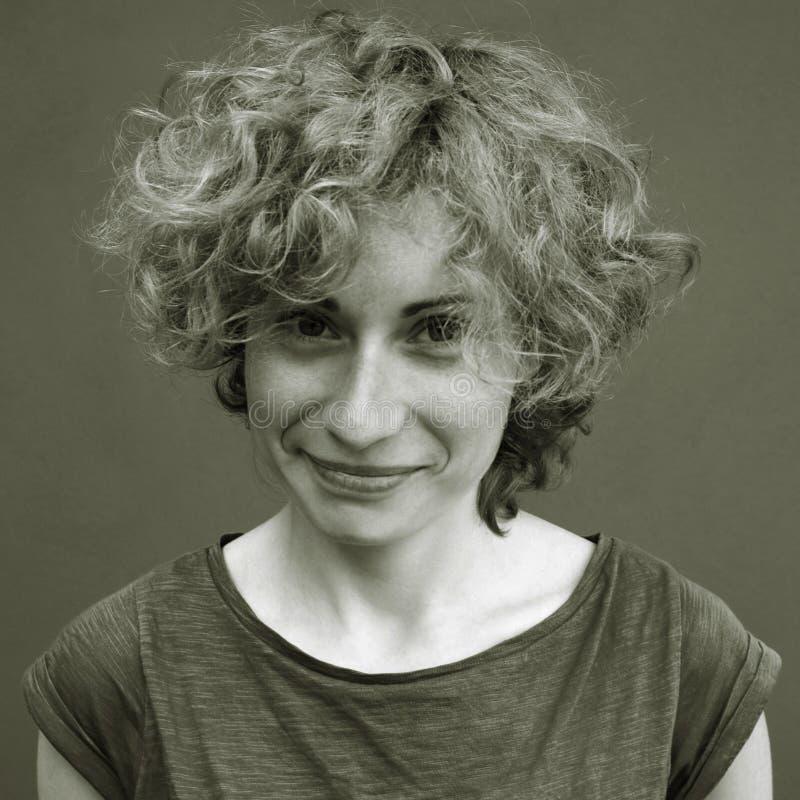 Śliczna uśmiechnięta młoda kobieta fotografia stock