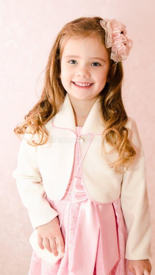 Śliczna uśmiechnięta mała dziewczynka w princess sukni zdjęcia royalty free