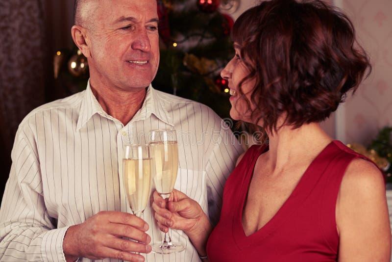 Śliczna uśmiechnięta para pije szampana zdjęcie royalty free