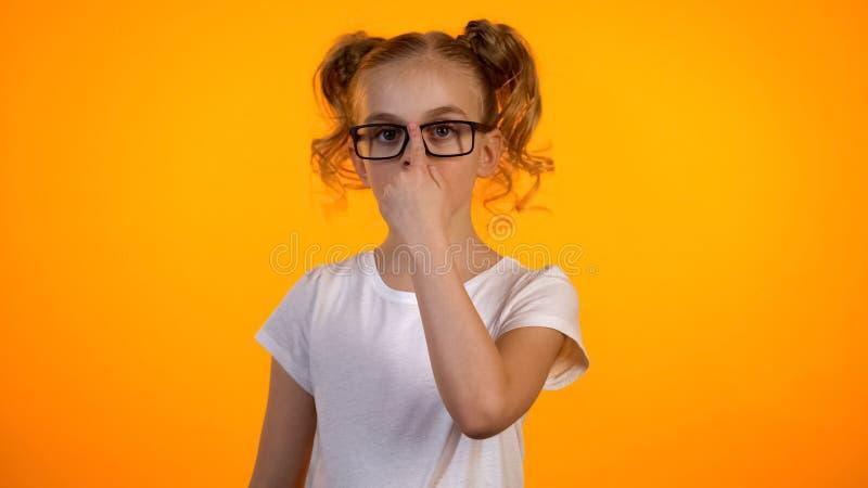 Śliczna uczennica przystosowywa eyeglasses i patrzeje kamera, dzieciak okulistyka fotografia stock