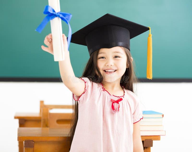 śliczna uczennica z skalowanie kapeluszem w sala lekcyjnej zdjęcia royalty free
