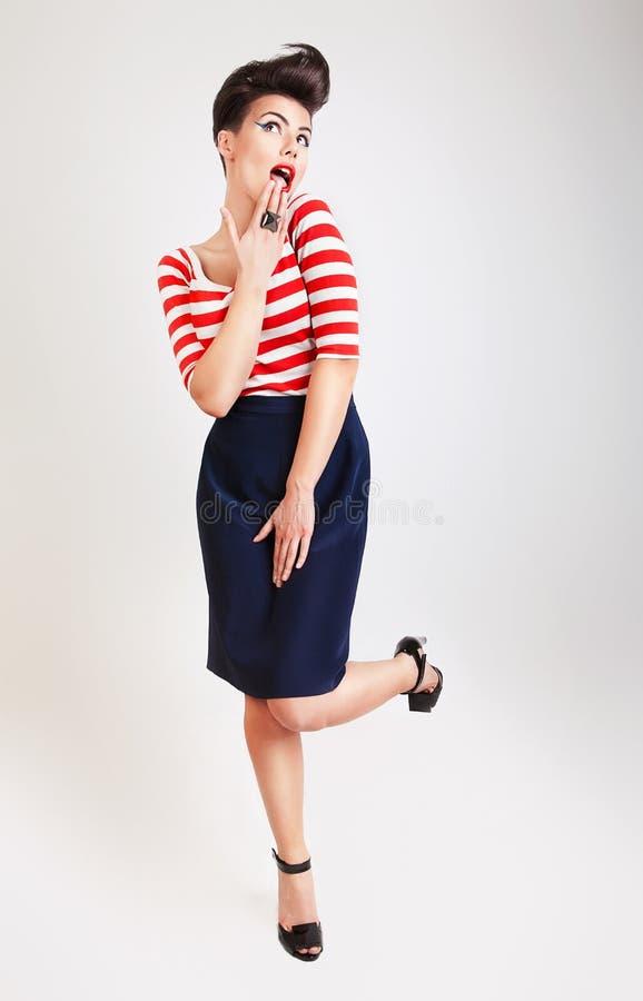 Śliczna zdziwiona kobieta w koszulce i spódnicie zdjęcia royalty free