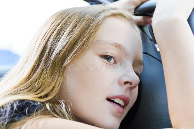 Śliczna zmęczona dziewczyna z blondynem fotografia royalty free