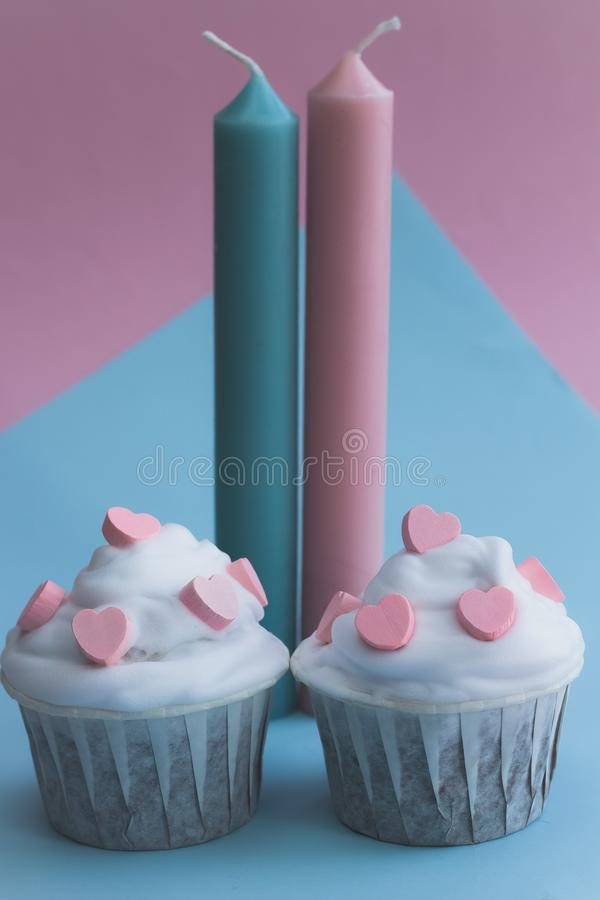 Śliczne babeczki dekorować z różowymi sercami zdjęcie stock