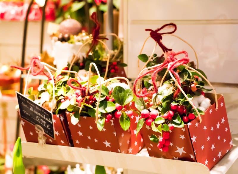 Śliczne Bożenarodzeniowe teraźniejszość w kwiaciarnia sklepie Pudełka z dekoracją, przedstawiają i kwiaty sprzedają dla bożych na obrazy stock