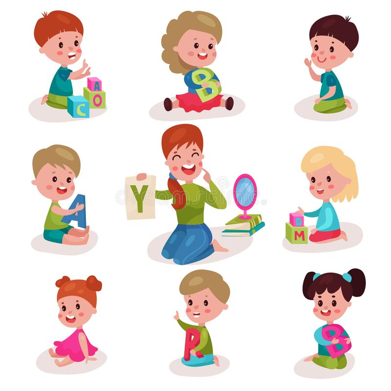 Śliczne chłopiec i dziewczyny uczy się listy z mowa terapeuta setem, dzieciaków uczy się przez zabawy i sztuki kolorowej, royalty ilustracja