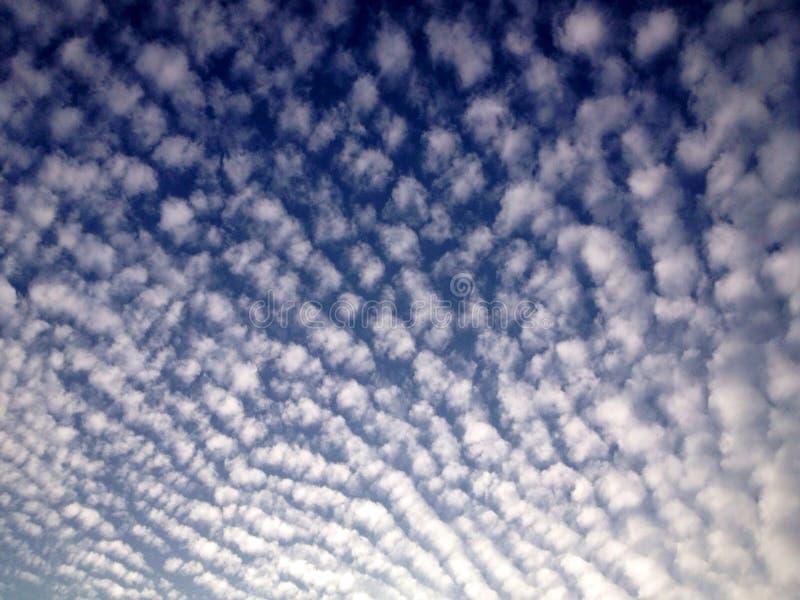 Śliczne chmury tanczy w niebie zdjęcia stock