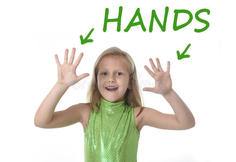 Śliczne mała dziewczynka seansu ręki w częściach ciała uczy się angielszczyzn słowa przy szkołą obrazy royalty free