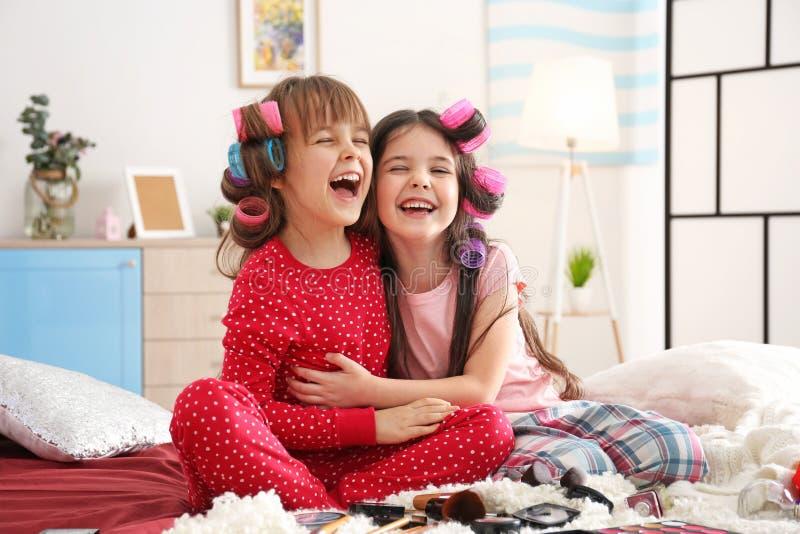 Śliczne małe dziewczynki bawić się z ich macierzystym ` s faszerują obraz royalty free