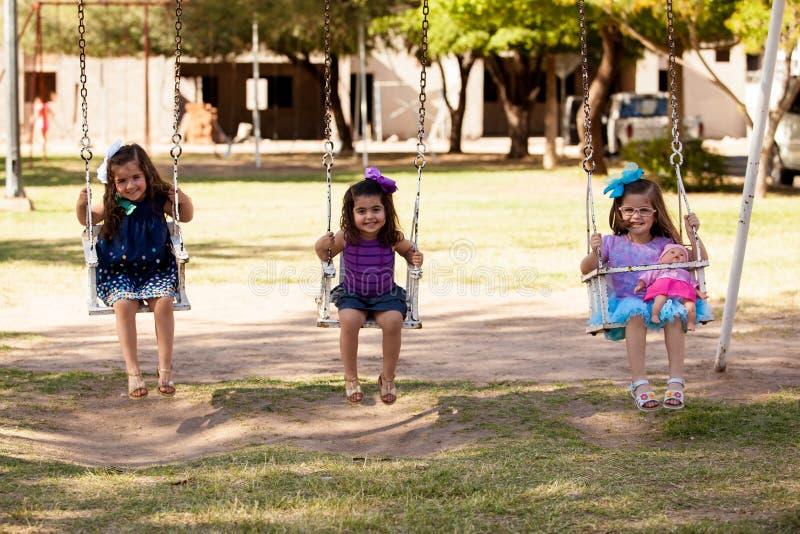 Śliczne małe dziewczynki na huśtawce obraz royalty free