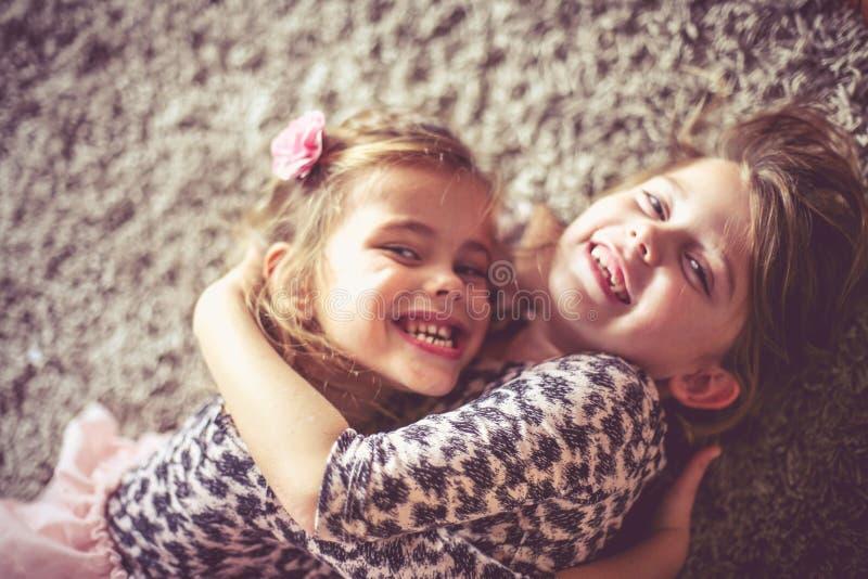 Śliczne małe dziewczynki w domu obraz stock