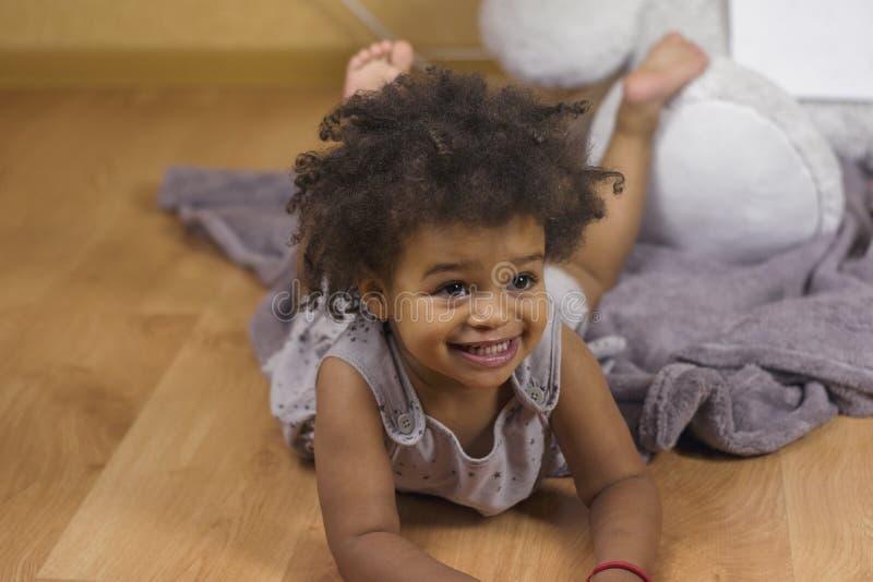 Ślicznego dziecka łgarski puszek na podłodze zdjęcia royalty free