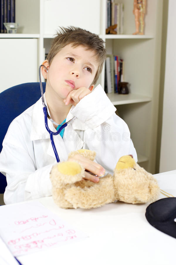 Ślicznego dziecka doktorski odwiedza miś zdjęcia stock