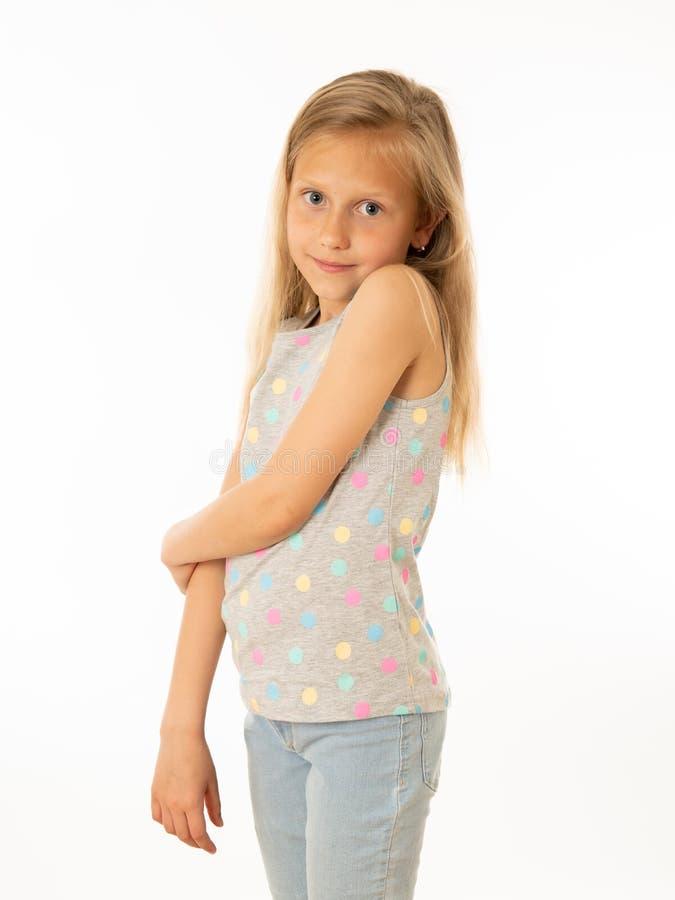 Ślicznej blondynki dziewczyny przyglądający nieśmiały, bojaźliwy przy kamerą na białym tle i ludzkie emocje zdjęcia royalty free