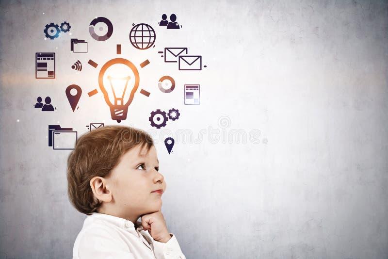 Ślicznej chłopiec ogólnospołeczny medialny pomysł, biznes obraz royalty free