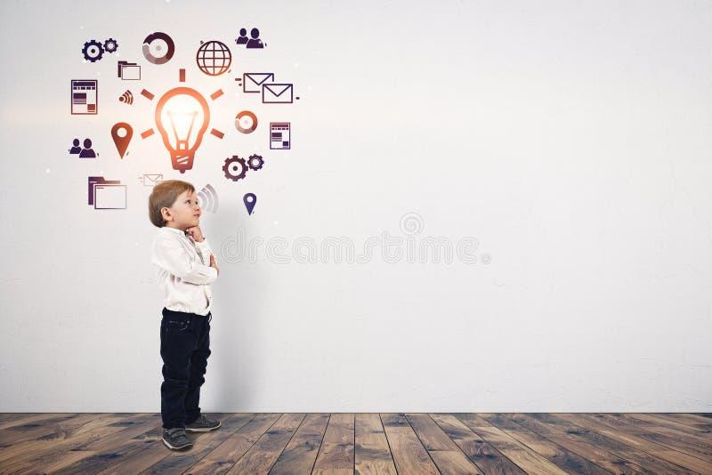 Ślicznej chłopiec ogólnospołeczny medialny pomysł, wyśmiewa up obraz royalty free