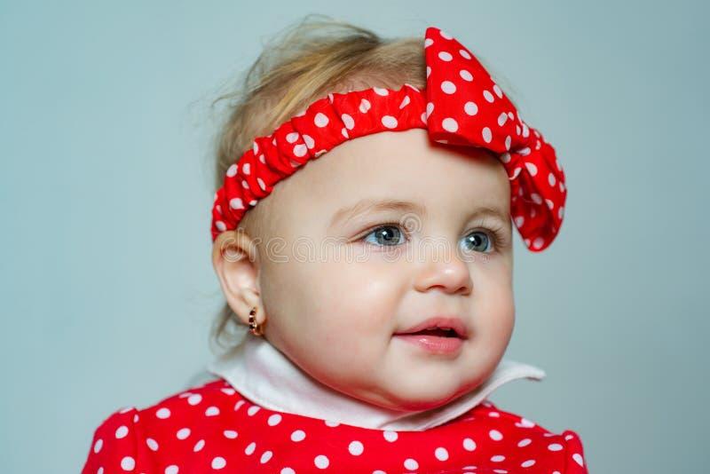 Ślicznej dziewczynki polki kropki czerwony łęk na głowie Mody akcesorium Moda dla dzieci Eleganckiego berbecia urocza dziewczyna  fotografia royalty free