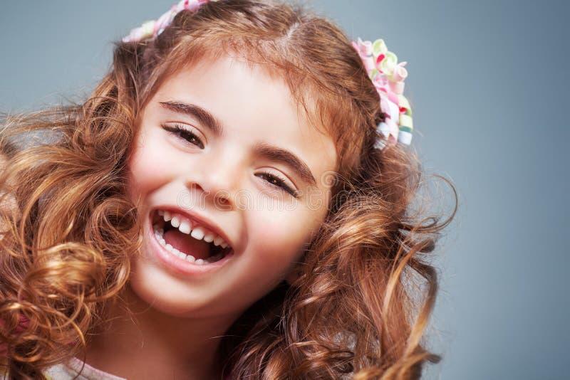 ślicznej dziewczyny szczęśliwy mały fotografia stock