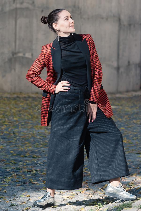 Ślicznej dziewczyny wiosny jesieni mody ulicy inkasowy styl zdjęcie royalty free