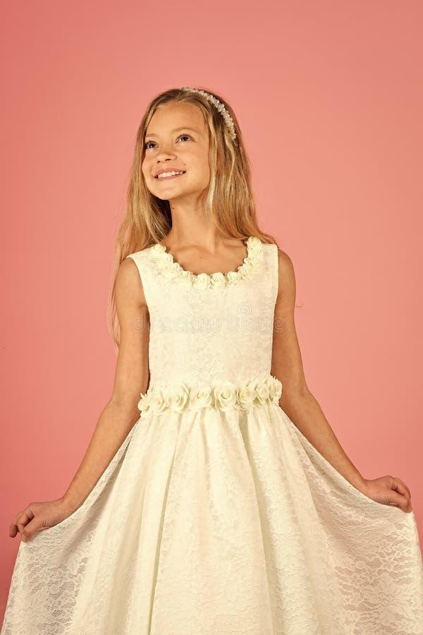 Ślicznej małej dziewczynki mody blondynki ładnej wzorcowej kędzierzawej damy dziecka przyjęcia urodzinowego zabawy dzieci pokoju  obrazy royalty free
