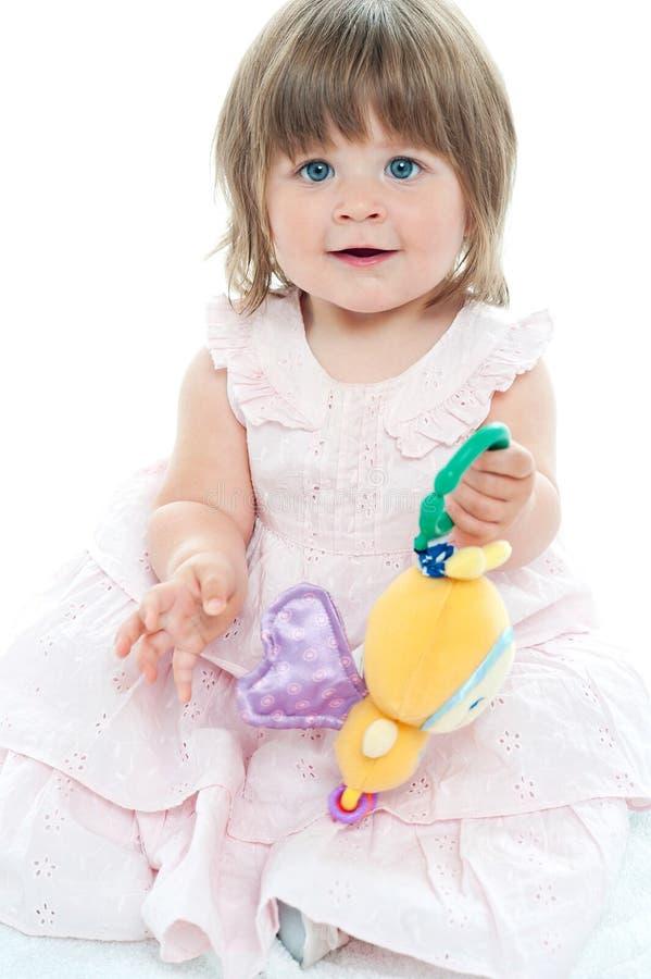 Ślicznej małej dziewczynki przyglądający dobro w kamerę obrazy stock
