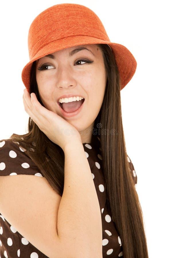 Ślicznej nastoletniej dziewczyny wzorcowy jest ubranym pomarańczowy kapelusz i polki kropka ubieramy obrazy royalty free