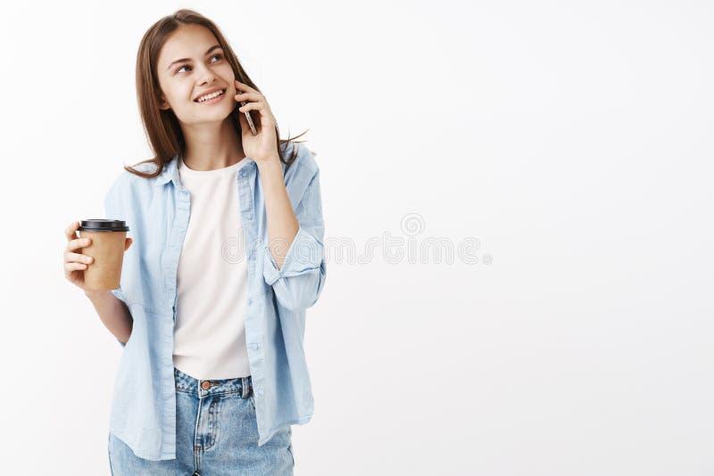 Ślicznej szczęśliwej kobiety dziewczyny wp8lywy zapraszający napój w cukiernianym pobliskim biurowym mienia smartphone blisko uch zdjęcia stock