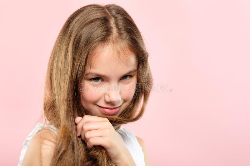 Ślicznej uśmiechniętej ładnej dziewczyny dziecka szczęśliwa emocja obrazy royalty free