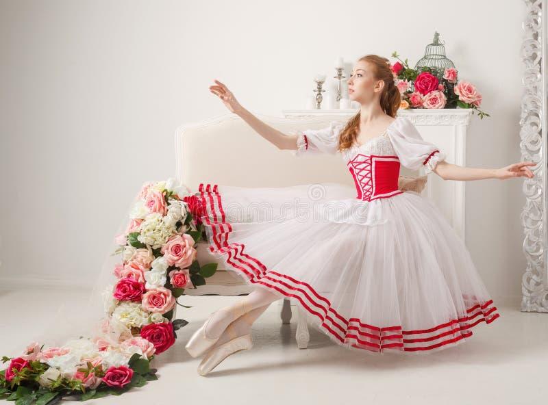 Śliczni baleriny i wiosny kwiaty fotografia royalty free