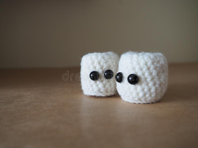 Śliczni biali amigurumi marshmallows obraz royalty free