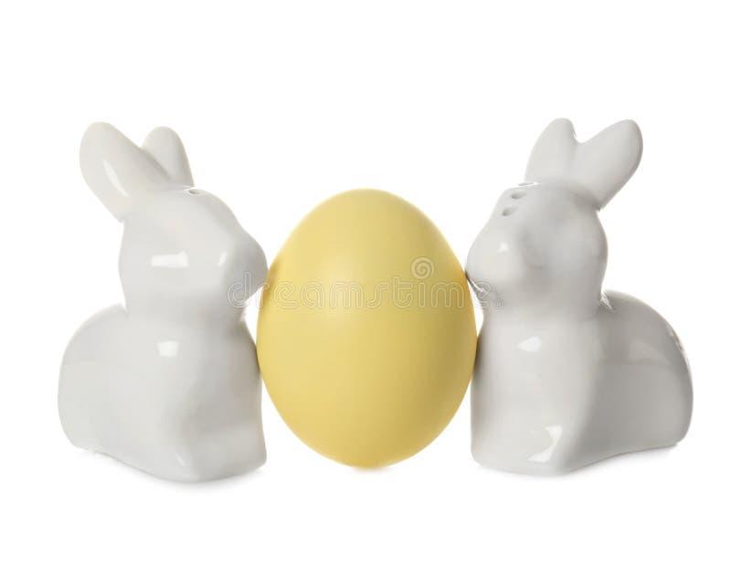 Śliczni ceramiczni Wielkanocni króliki i farbujący jajko zdjęcia stock