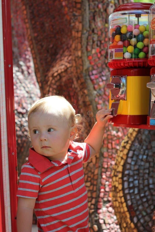 Śliczni chłopiec stojaki w parkowym pobliskim kolorowym przyrządzie obraz royalty free